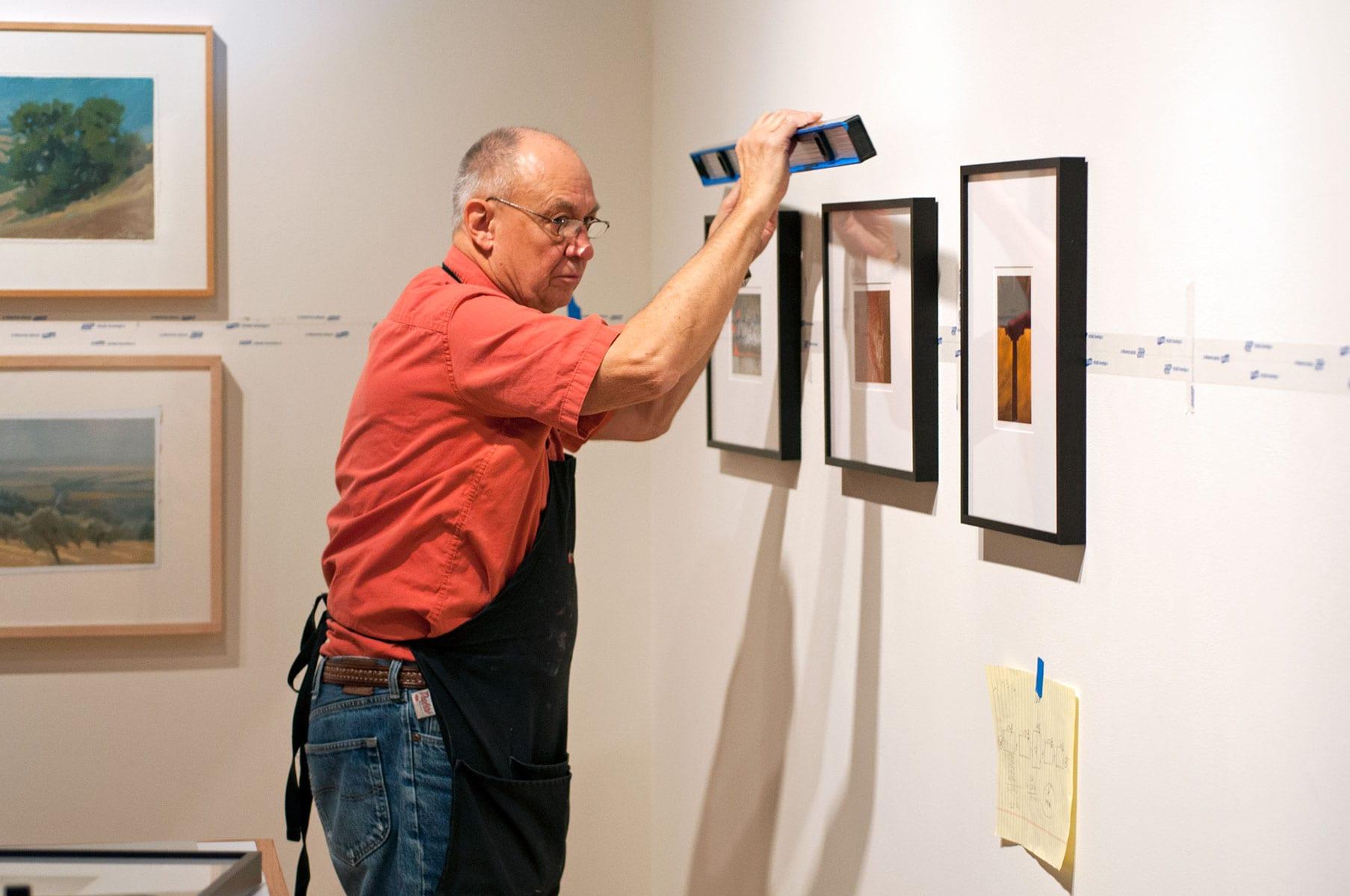 Justin Kronewetter instalando una exhibición en el Ross Art Museum © Matt Wasserman. Cortesía Ohio Wesleyan University.